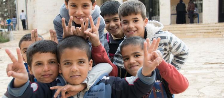 Abwechslung im tristen Alltag: syrische Knaben posieren vor der Kamera
