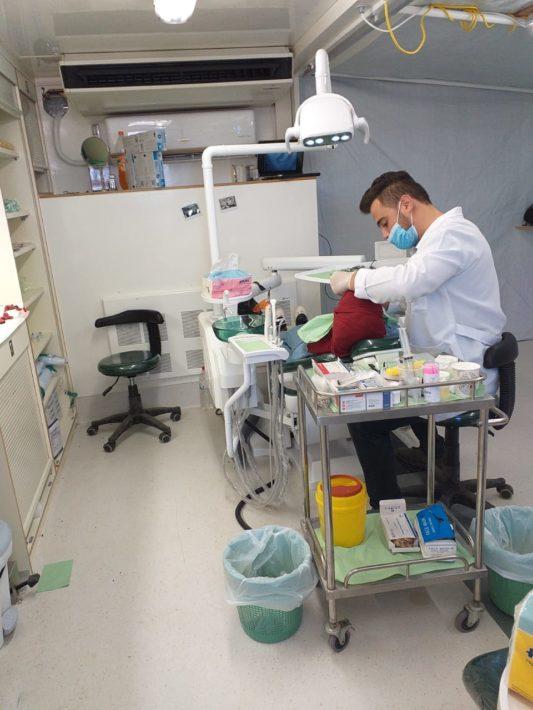 Dr. Ahmed konzentriert bei der Arbeit